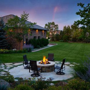 Geometrischer, Geräumiger, Halbschattiger Moderner Garten im Sommer, hinter dem Haus mit Kamin und Natursteinplatten in Denver