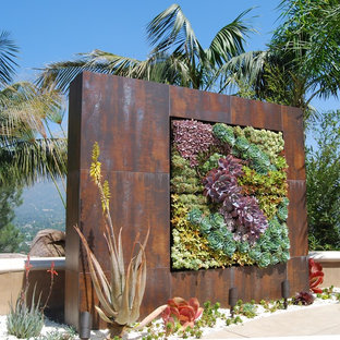 Inspiration for an industrial garden in Los Angeles with a vertical garden.