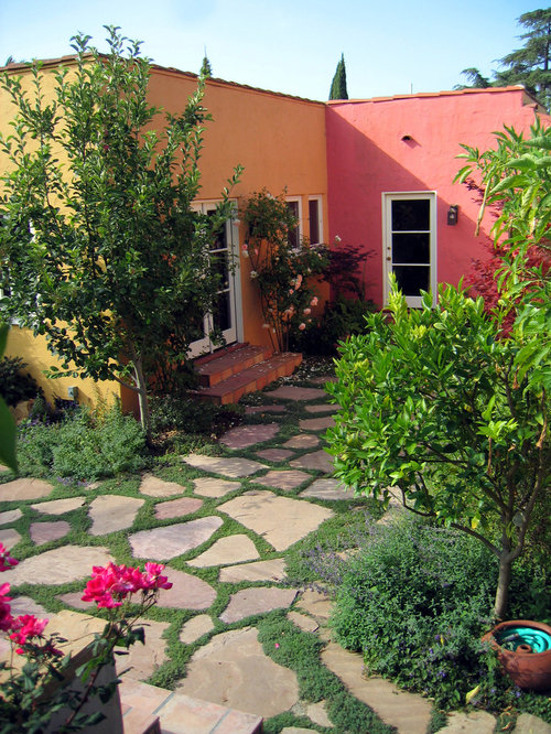 This Is An Example Of A Modern Courtyard Landscaping In Santa Barbara.