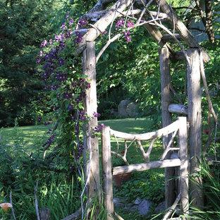 На фото: участки и сады на заднем дворе в стиле шебби-шик