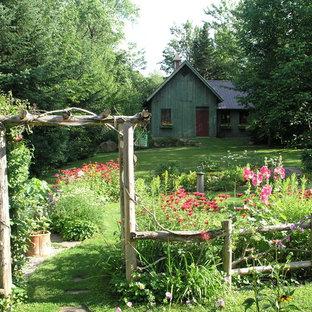 Klassischer Vorgarten im Sommer mit Gartenweg in Burlington