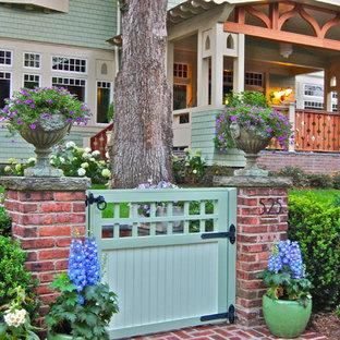 Idee per un grande giardino american style esposto a mezz'ombra davanti casa in primavera con un ingresso o sentiero e pavimentazioni in mattoni