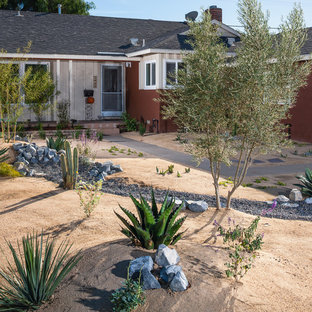 Design ideas for a mid-sized southwestern full sun front yard gravel landscaping in Orange County.