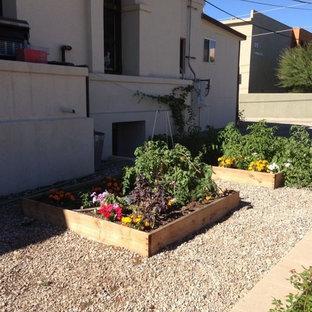 Idées déco pour un petit jardin en pots latéral classique l'été avec une exposition partiellement ombragée et un gravier de granite.