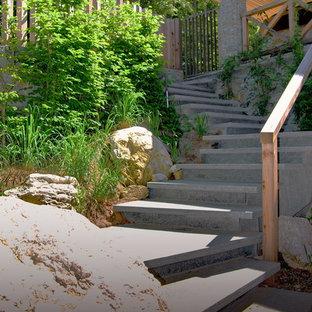 Großer, Halbschattiger Rustikaler Vorgarten mit Gartenweg