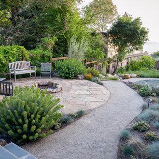 Großer Moderner Garten im Frühling, hinter dem Haus mit Feuerstelle, direkter Sonneneinstrahlung und Natursteinplatten in San Francisco