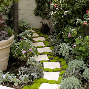 Diseño de jardín mediterráneo con adoquines de piedra natural