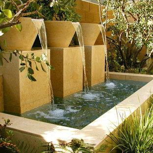 На фото: садовый фонтан в средиземноморском стиле с