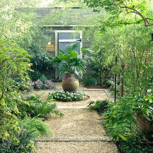 Ispirazione per un giardino formale tradizionale in cortile con ghiaia