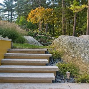 Esempio di un grande giardino contemporaneo dietro casa in autunno