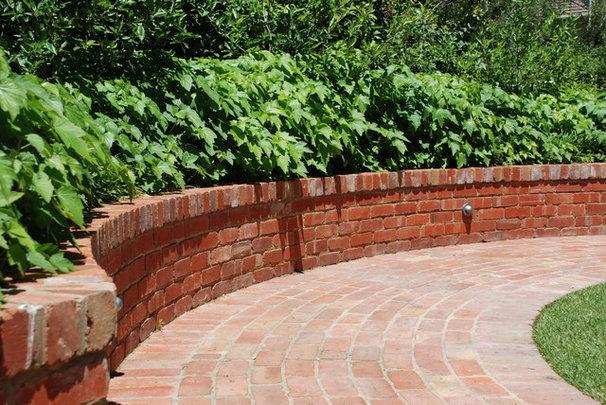 Traditional Landscape Andrew Renn Design. Beautiful gardens of Melbourne Australia
