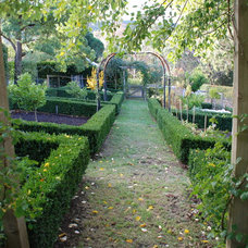 Traditional Landscape Andrew Renn Design. Beautiful gardens of Melbourne Australia