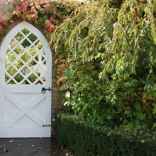 Idée de décoration pour un jardin style shabby chic l'automne avec une entrée ou une allée de jardin.