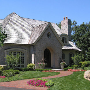Design ideas for a traditional front full sun garden in Chicago with natural stone paving.