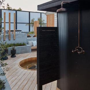 Cette photo montre un grand jardin arrière moderne avec un foyer extérieur et une exposition ensoleillée.