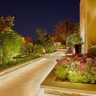 Пример оригинального дизайна: геометрический, солнечный участок и сад в средиземноморском стиле с садовой дорожкой или калиткой и хорошей освещенностью