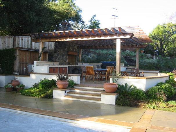 Traditional Landscape by Arterra LLP Landscape Architects