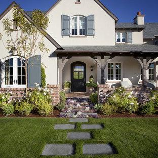 Immagine di un giardino tradizionale davanti casa