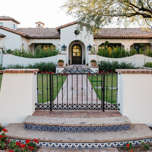 Inspiration för en mycket stor vintage formell trädgård framför huset, med marksten i tegel och en trädgårdsgång