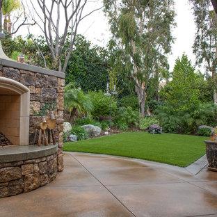 Country Garten hinter dem Haus mit Kamin, direkter Sonneneinstrahlung und Betonplatten in Orange County