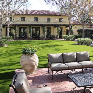 Идея дизайна: большой солнечный засухоустойчивый сад на заднем дворе в средиземноморском стиле с садовой дорожкой или калиткой, хорошей освещенностью и мощением клинкерной брусчаткой