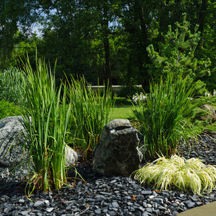 This is an example of a mid-sized contemporary front yard gravel landscaping in Milwaukee.