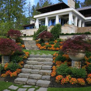 Asiatischer Hanggarten im Herbst mit Natursteinplatten und Kübelpflanzen in Vancouver