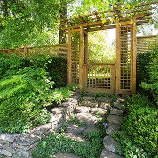 Asiatischer Hanggarten mit Natursteinplatten in Vancouver