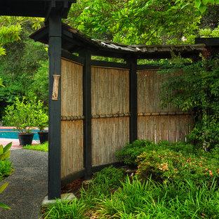 Diseño de jardín asiático, en patio trasero, con gravilla