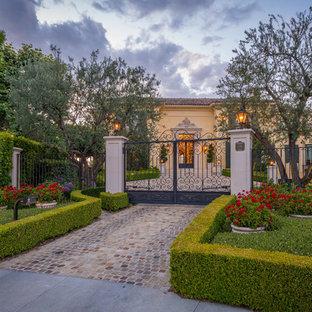 ロサンゼルスの地中海スタイルのおしゃれな前庭 (私道、半日向、コンクリート敷き) の写真