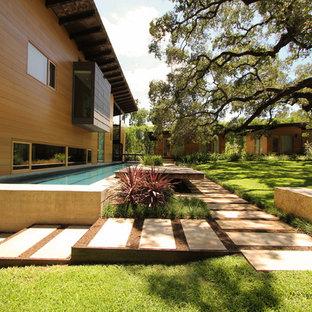 Ispirazione per un giardino formale minimal esposto in pieno sole dietro casa e di medie dimensioni in estate con un ingresso o sentiero e pavimentazioni in pietra naturale
