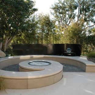 Geometrischer, Mittelgroßer, Schattiger Moderner Kiesgarten hinter dem Haus mit Feuerstelle in Los Angeles