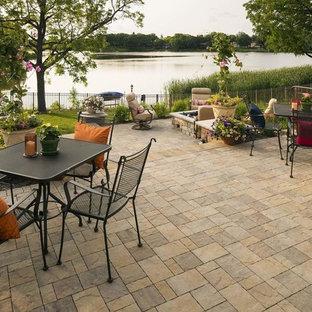 Großer, Halbschattiger Rustikaler Garten im Sommer, hinter dem Haus mit Kamin und Natursteinplatten in Minneapolis