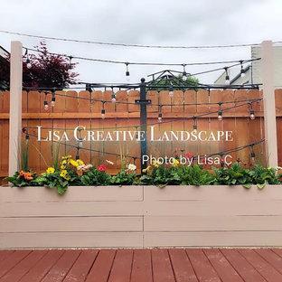 Kleiner Moderner Garten im Sommer, hinter dem Haus mit Kamin, direkter Sonneneinstrahlung und Natursteinplatten in Chicago
