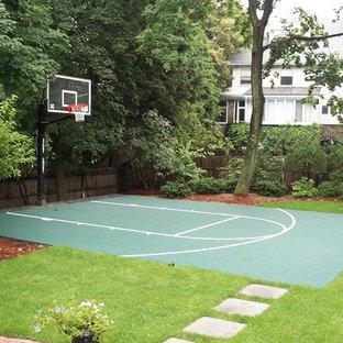 Kleiner, Halbschattiger Klassischer Garten hinter dem Haus mit Sportplatz und Betonplatten in Boston