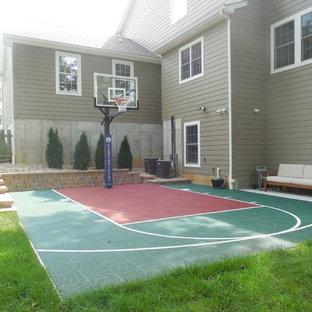 На фото: со средним бюджетом большие летние спортивные площадки на боковом дворе в классическом стиле с подпорной стенкой и полуденной тенью