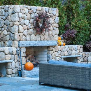 Mittelgroßer Klassischer Garten hinter dem Haus mit Kamin und Natursteinplatten in Boston