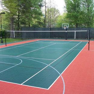 Foto di un grande campo sportivo esterno minimalista esposto a mezz'ombra dietro casa con uno spazio giochi