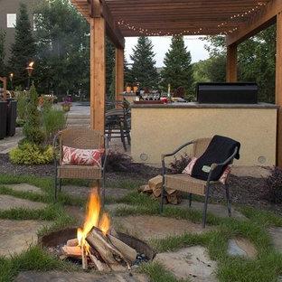 Mittelgroßer, Halbschattiger Garten im Sommer, hinter dem Haus mit Kamin und Natursteinplatten in Minneapolis