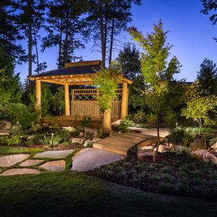 Inredning av en asiatisk mellanstor trädgård, med naturstensplattor och en trädgårdsgång