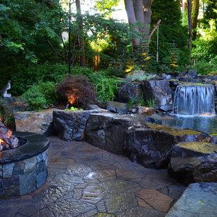 Идея дизайна: участок и сад на заднем дворе в стиле кантри с водопадом и покрытием из каменной брусчатки
