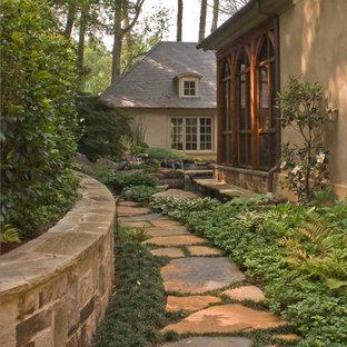 Exemple d'un jardin latéral chic avec un point d'eau et une exposition ombragée.