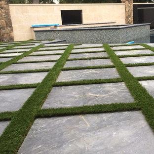 Mittelgroßer Moderner Garten hinter dem Haus mit Kamin, direkter Sonneneinstrahlung und Natursteinplatten in Raleigh