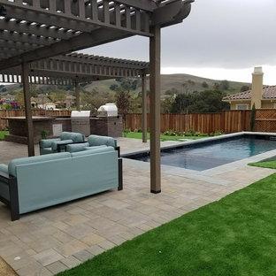 Aménagement d'un jardin arrière classique de taille moyenne avec un bassin, une exposition partiellement ombragée et des pavés en béton.