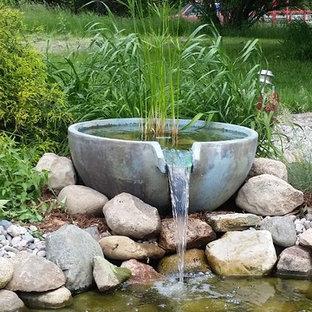 Ejemplo de jardín tradicional renovado, grande, en verano, en patio trasero, con estanque, exposición total al sol y mantillo