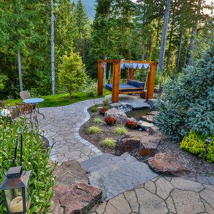 Foto di un grande giardino tradizionale dietro casa con pavimentazioni in cemento e un ingresso o sentiero
