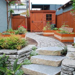 Diseño de jardín actual, en patio lateral, con huerto