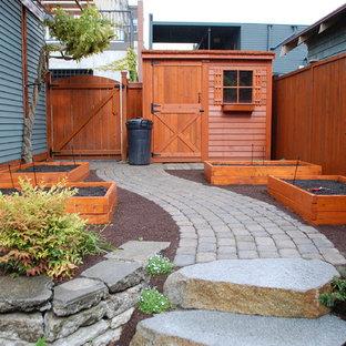 На фото: огород на участке в классическом стиле с покрытием из каменной брусчатки с