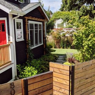 Mittelgroßer Garten neben dem Haus mit Kamin, direkter Sonneneinstrahlung und Betonplatten in Seattle