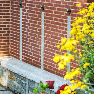 Esempio di un giardino tradizionale esposto a mezz'ombra di medie dimensioni e dietro casa con pavimentazioni in pietra naturale